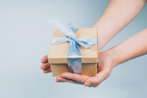 gift-package-in-hand_925x